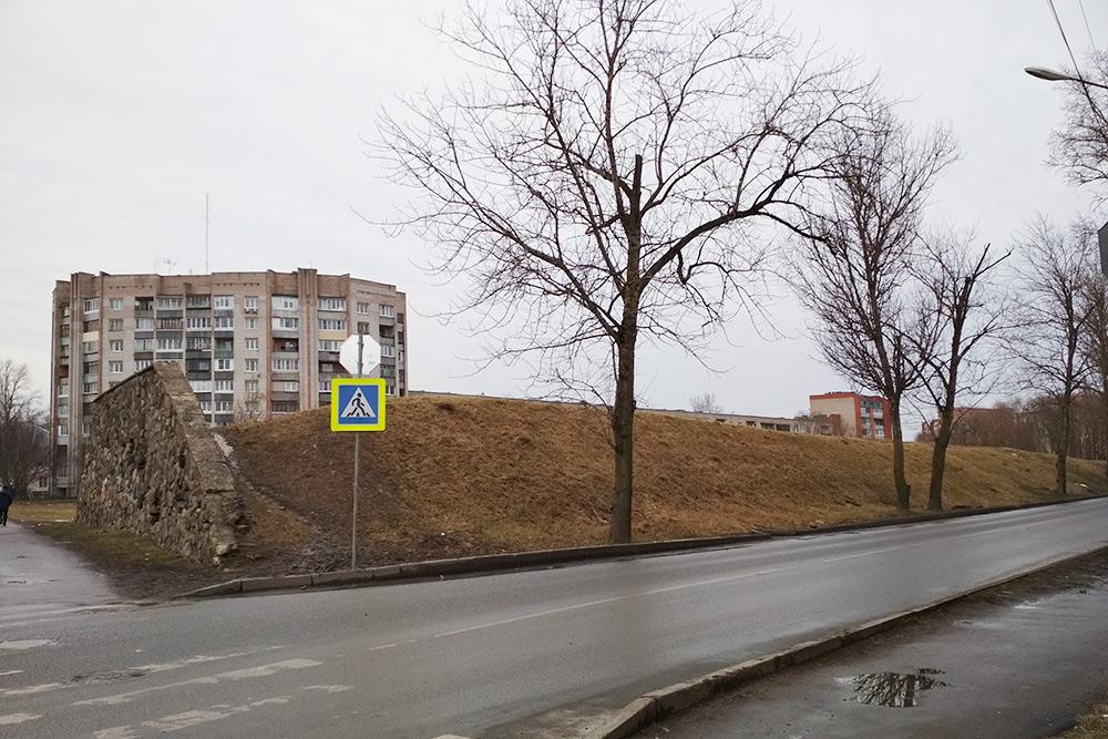 Вал на пересечении улиц Новолучанская и Черняховского. Девятиэтажка стоит за пределами вала