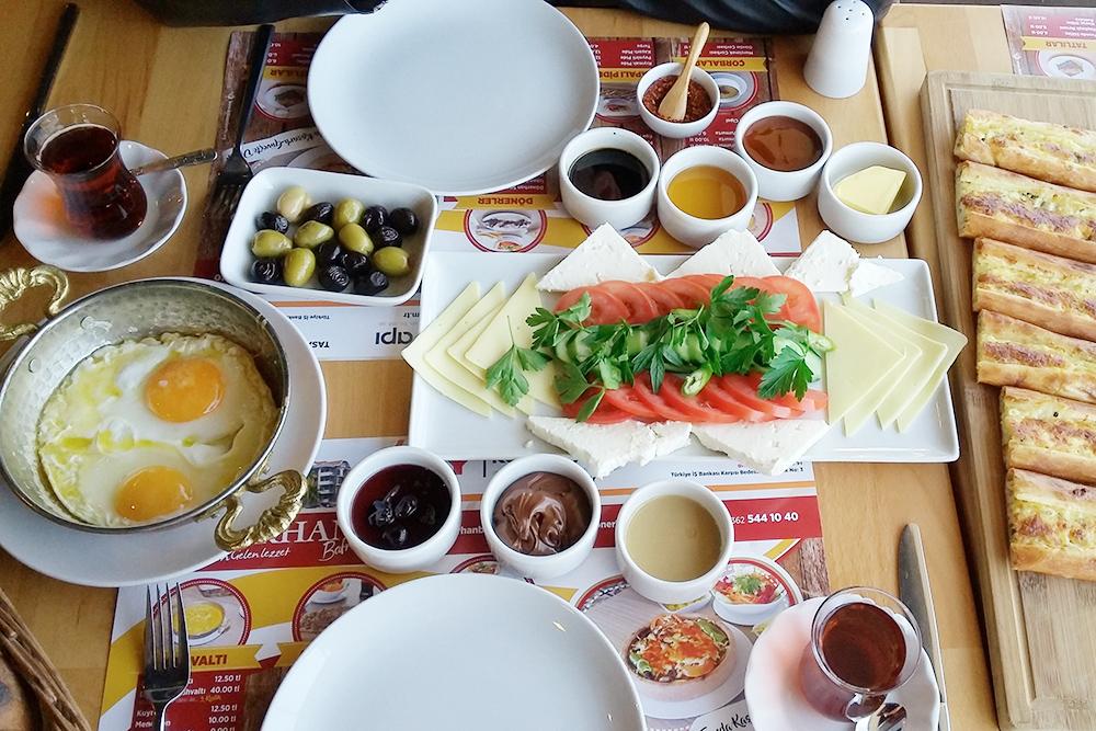 Ходили с мужем на завтрак в кафе. Справа то самое капалы пиде. Мы заказали один завтрак и одно пиде и заплатили 35 ₺ (437 р.)