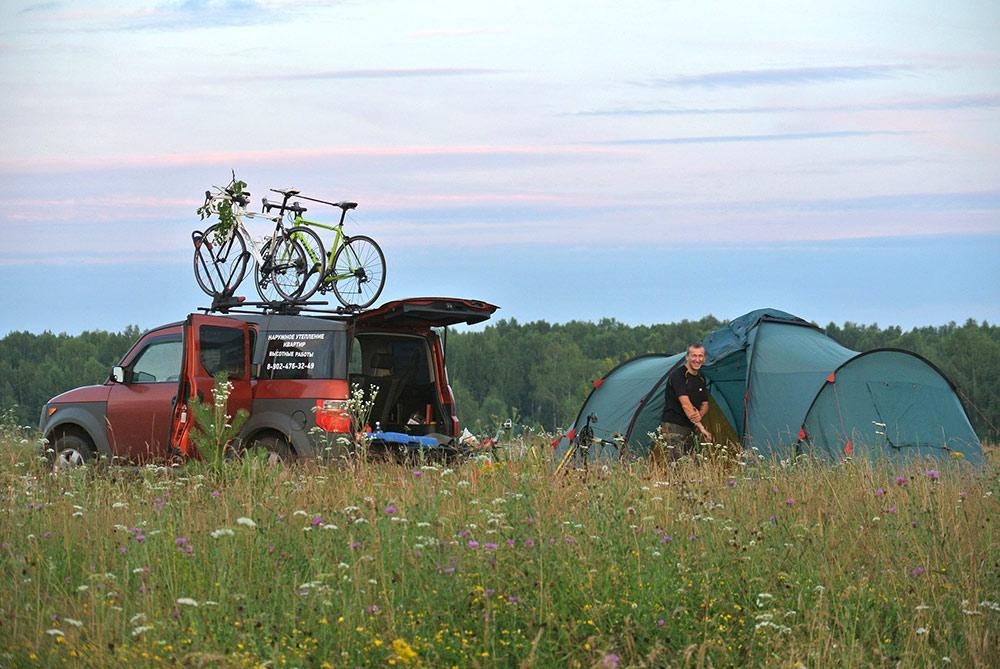 В поездку мы взяли большую четырехместную палатку, газовую горелку и котелки. Летом в палатке хорошо