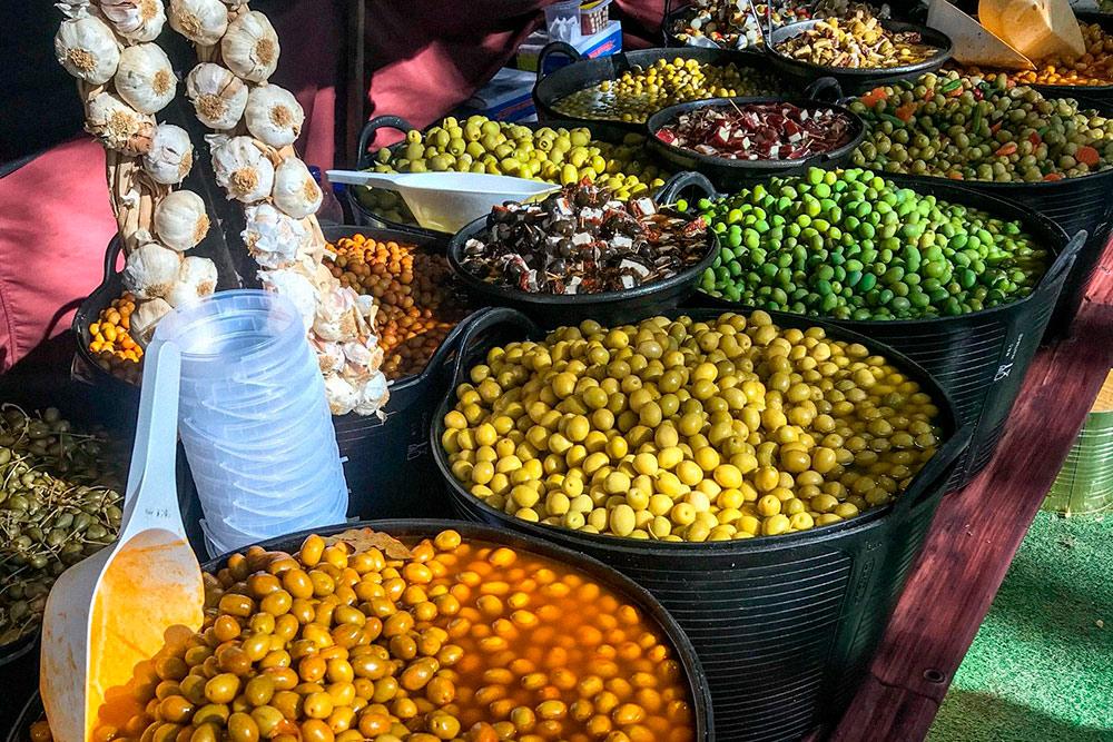 На рынке в Жироне продают вкусные оливки. Килограмм стоит от 9€ (693 р.). Все можно дегустировать