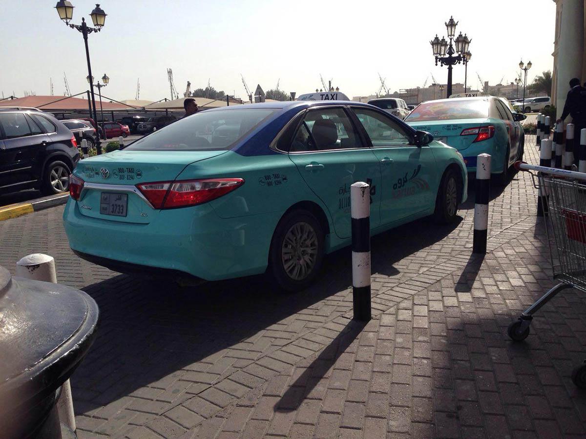 Машины городского такси «Карва» обычно стоят у входа в шопинг-моллы