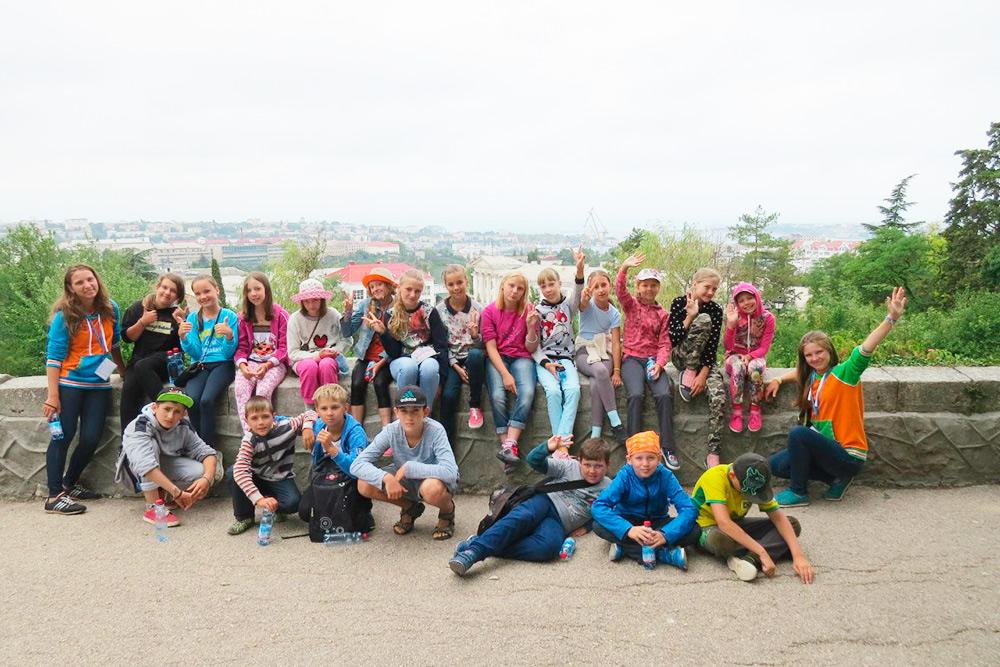 Общая фотография уставших после обзорной экскурсии по Севастополю детей. Я очень ждала экскурсий, потомучто была уверена, что детям будет интересно. Но оказалось, что следить за детьми на открытой территории намного тяжелее