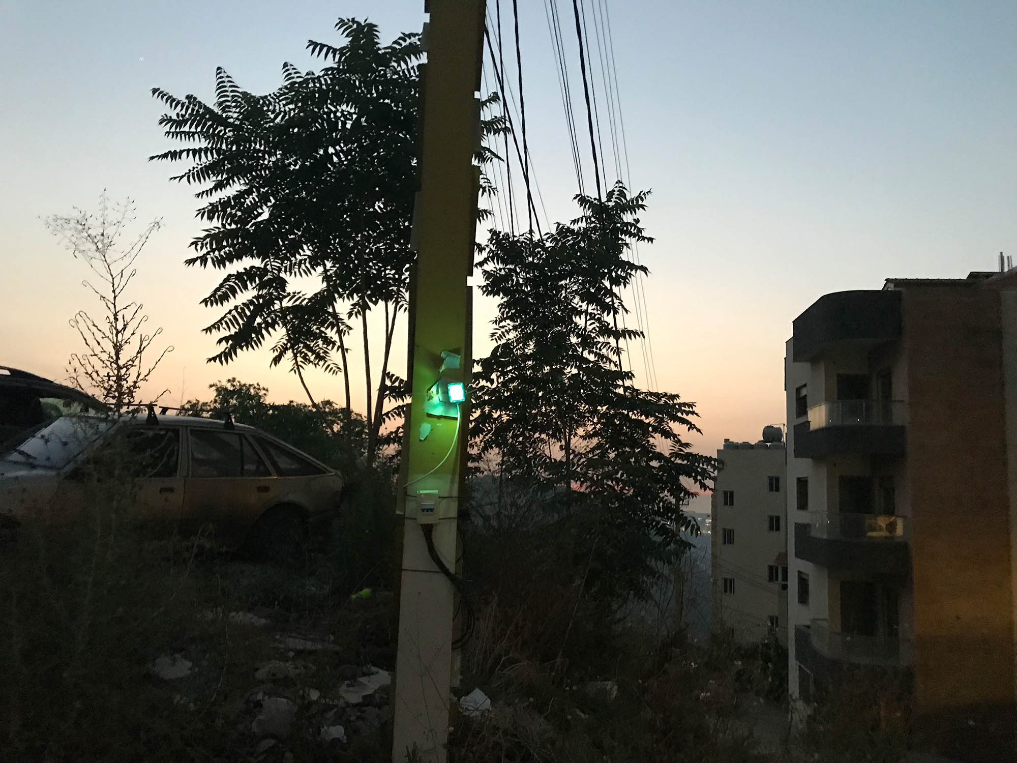Столб с индикатором около нашего дома. Горит зеленая лампочка, значит, сейчас электричество от генератора частной компании
