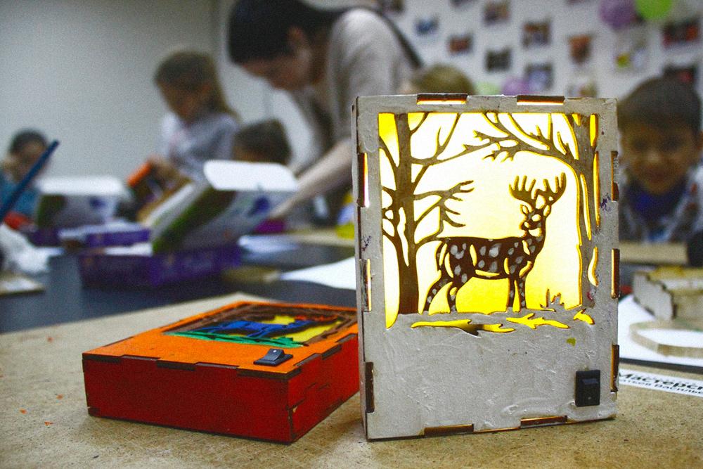Каждый участник мастер-класса унес домой такой светильник. Занятие, включая материалы, стоило 700рублей