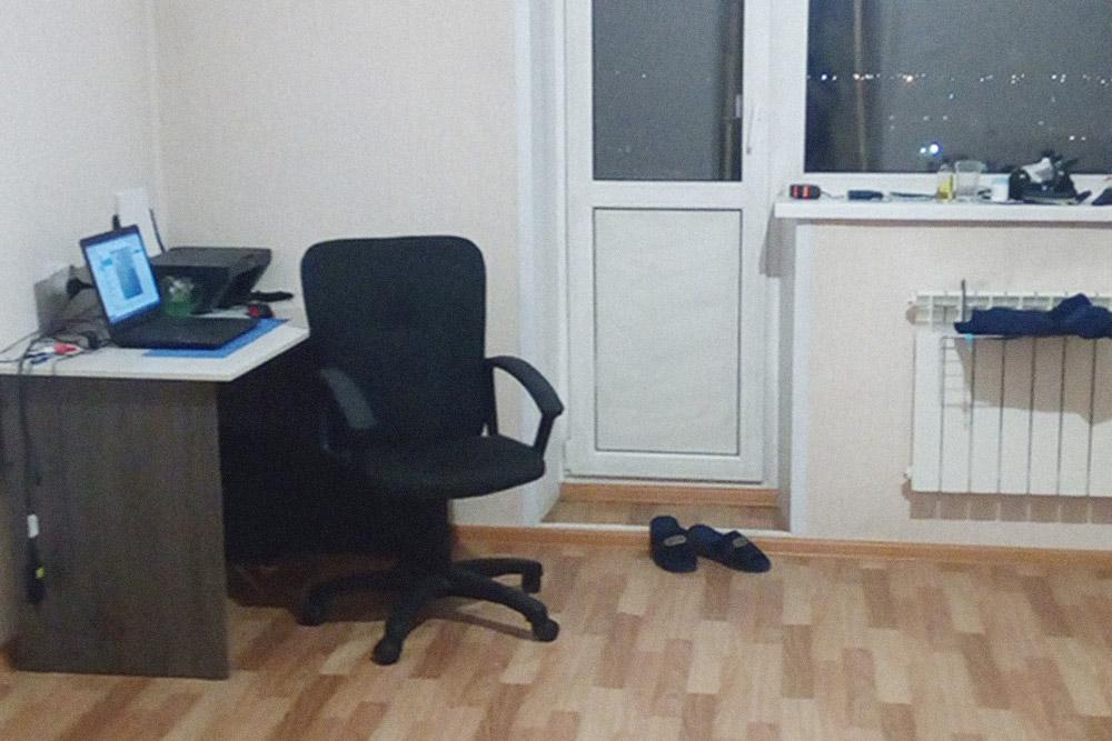 Мое рабочее место. Этот стол и кресло появились в моей новой квартире даже раньше, чем кровать: первое время я спал на полу на матрасе. Это мои основные средства производства