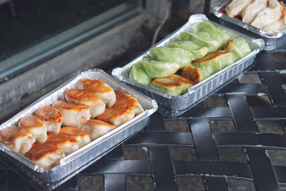 Дамплинги — это такие вареники в китайском стиле. В Tasty Dumpling за 1,25$ (82<span class=ruble>Р</span>) продадут пять дамплингов с мясом и капустой или луком