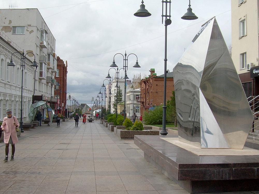 Многие спортивные и культурные объекты Омска сделаны на деньги нефтезавода. Например, пешеходная улица Чокана Валиханова