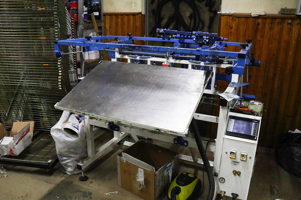 На станке для шелкографной печати печатают на пластиковых пакетах. Он стоит 290 тысяч рублей