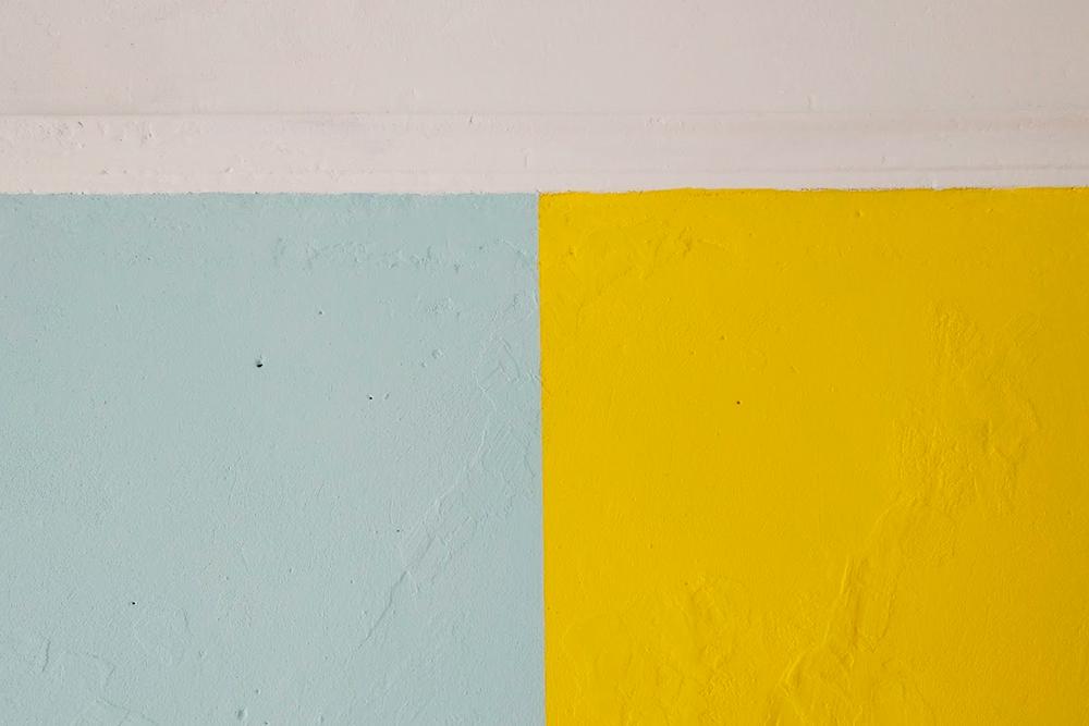 У самой границы с потолком я красила не валиком, а тонкой кисточкой. Иначе не получилось бы сделать ровно, и я могла залезть голубой или желтой краской на часть потолка