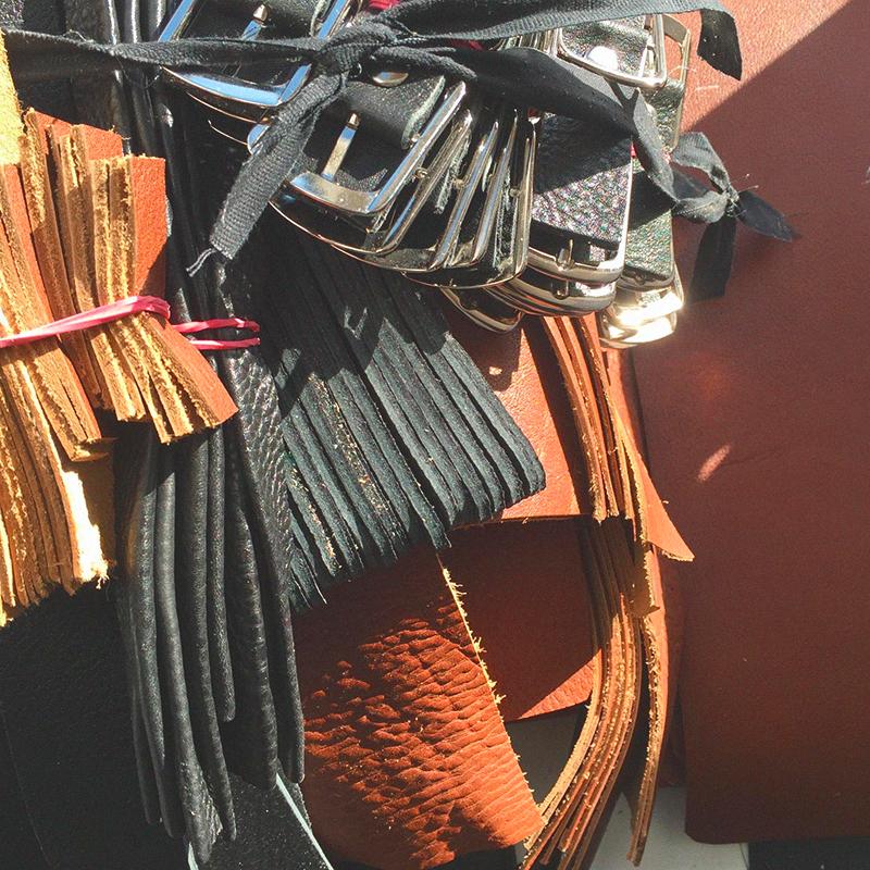 Закройщик подготовил крой дляпрямоугольных рюкзаков. Если приглядеться, у деталей, вырезанных вручную, неровные края