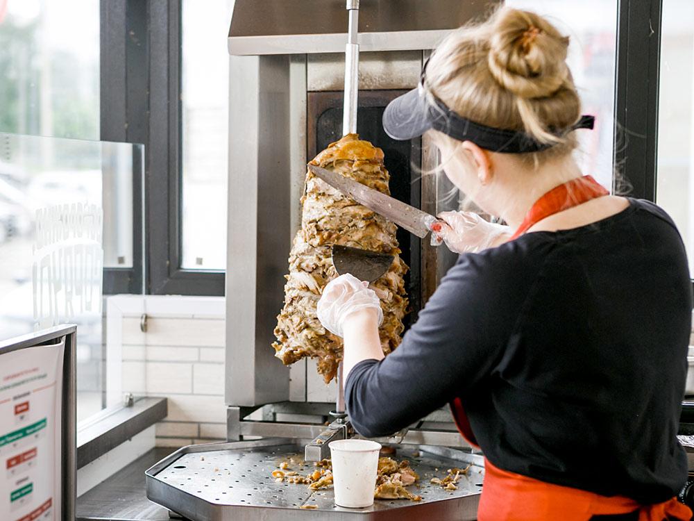 Перед тем как положить мясо в лаваш, в России его часто обмакивают в жир, который стекает с вертела. Ребята отказались от этой идеи: это неэстетично и сложно стандартизировать
