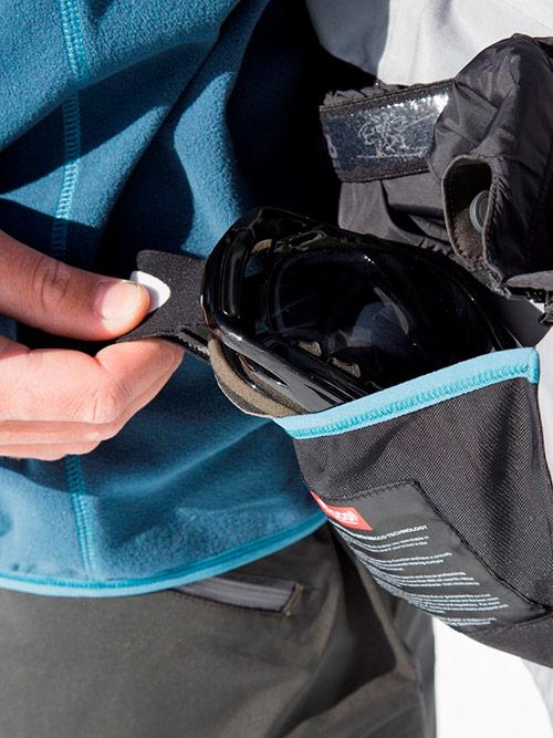 Внутренние карманы спасают личные вещи от промокания. Источник: bergans.com