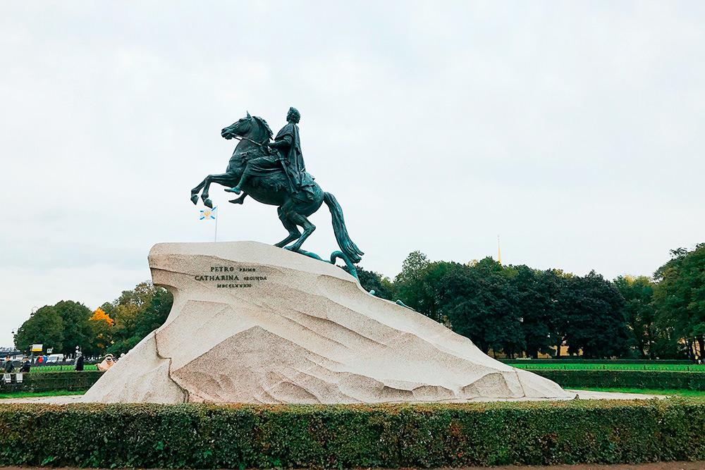 На Сенатской площади у Исаакиевского собора установлен Медный всадник — памятник ПетруI. Фото: АнастасияОсян