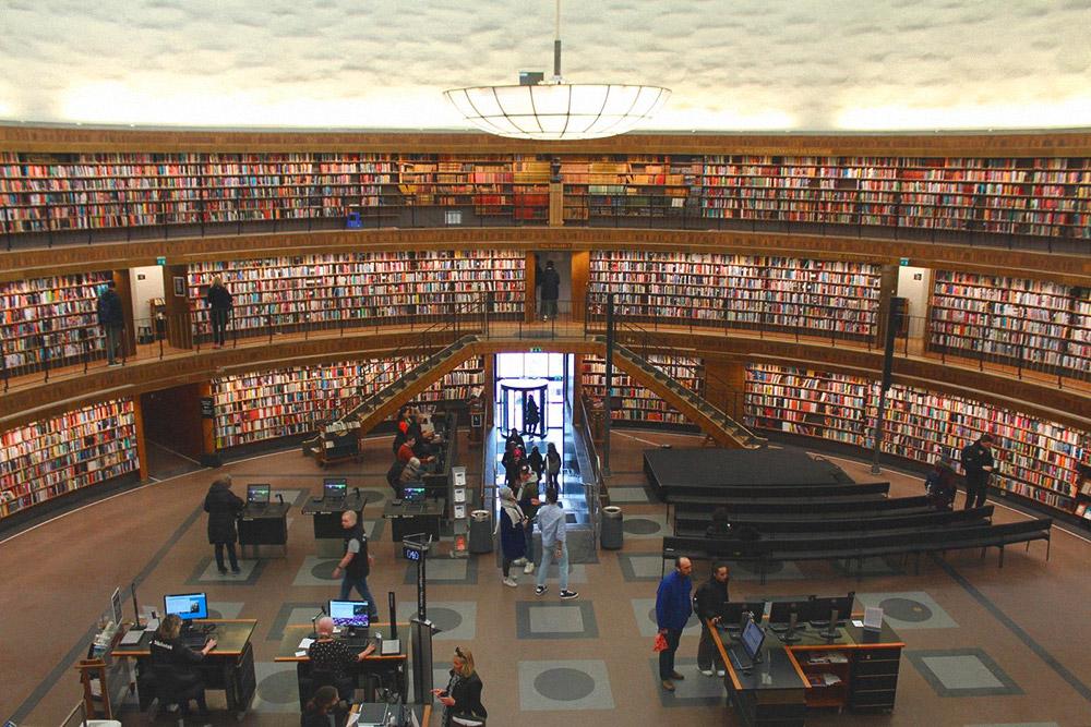 На станции Rådmansgatan находится одно из моих любимых мест города — Стокгольмская библиотека. Вход свободный, но получить читательский билет могут только резиденты страны. Остальные могут только фотографировать и медитировать