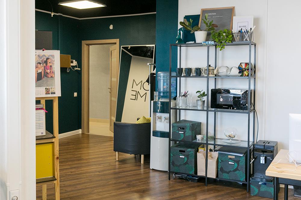 Офис сделали в стиле фьюжн — это смесь разных стилей. Его задача — показать, что интерьер может быть разным: есть окрашенные и кирпичные стены, металлические стеллажи и яркие диваны, холодные и теплые цвета