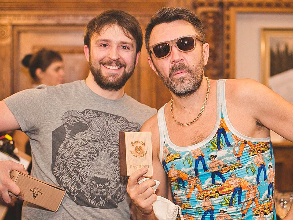 Друг Артема и Федора шел на концерт Сергея Шнурова в красноярском баре. Через него предприниматели подарили музыканту очки