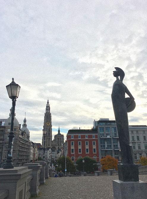 Антверпен отличается от небольших Гента и Брюгге. Это второй город страны по размеру после Брюсселя