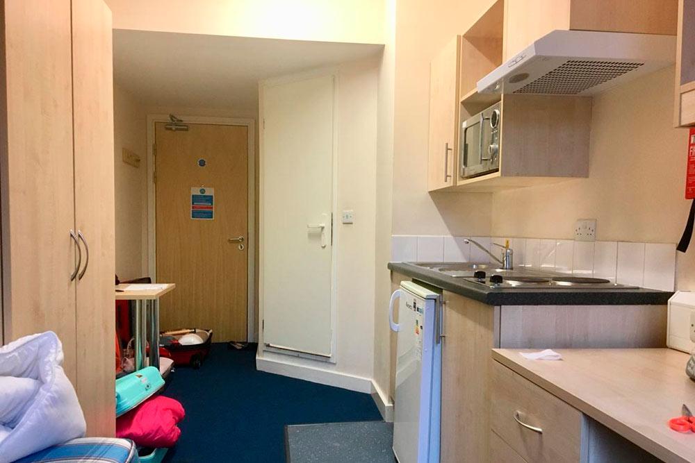 Комната-студия в общежитии с ванной и кухней за 80 000<span class=ruble>Р</span> в месяц. По-моему, похоже на каюту на корабле