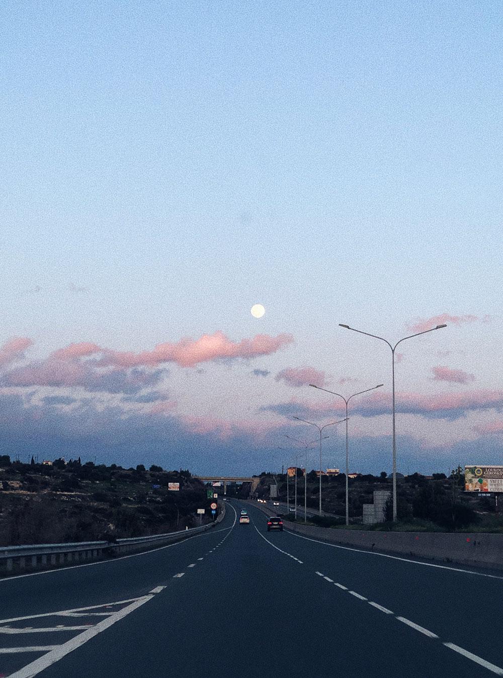 Максимальная скорость внутри городов на Кипре — 50 км/ч, на магистрали — 100, на остальных дорогах—80