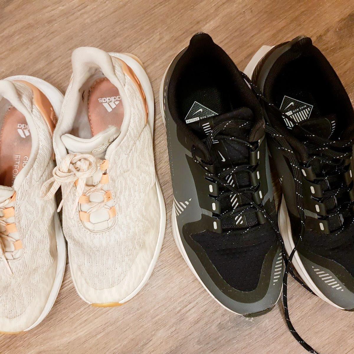 Слева кроссовки длясиловых тренировок, справа — длябега
