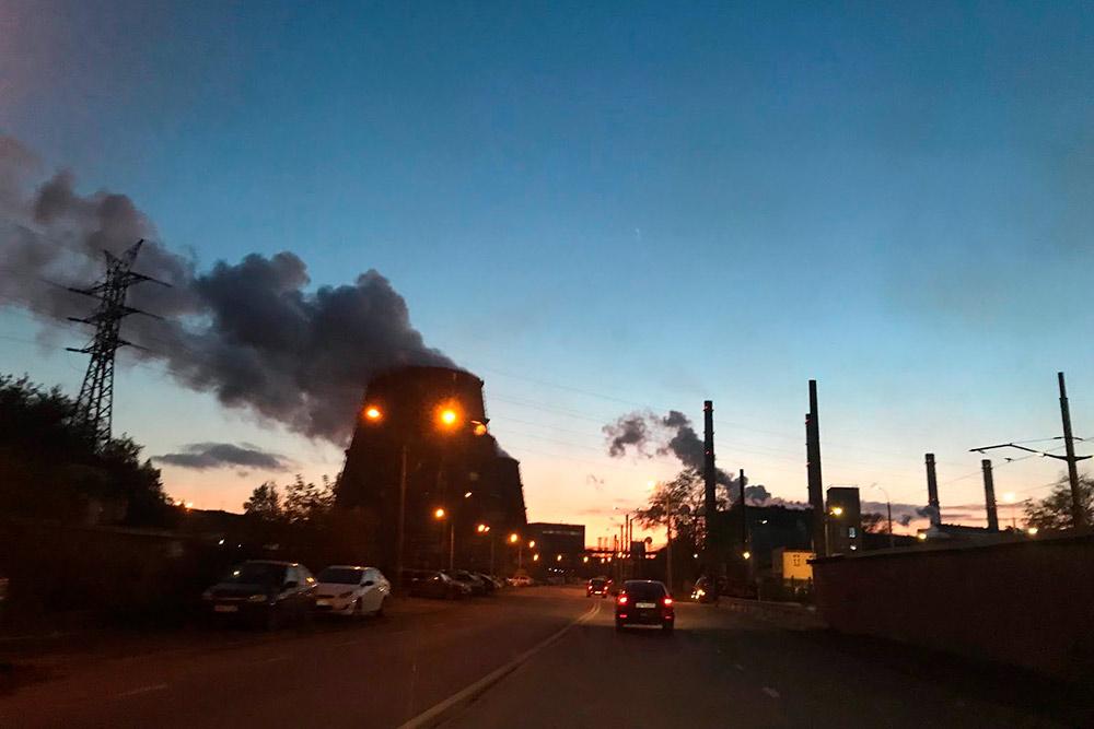 А вот для сравнения фото в ясный безоблачный вечер. «Дым» слева — это градирни, которые охлаждают большое количество воды направленным потоком атмосферного воздуха. То есть это не дым, а просто пар
