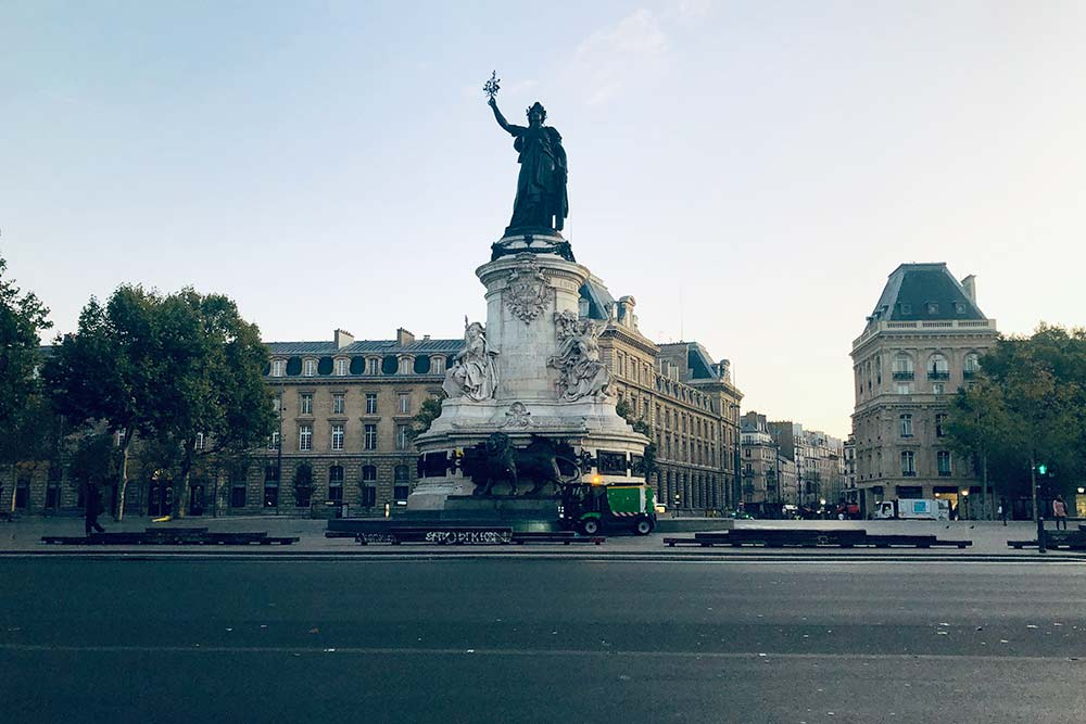 Площадь Республики. Статуя Марианны — символа борьбы за свободу для всех французов. Городские службы убирают последние следы недавней «битвы»