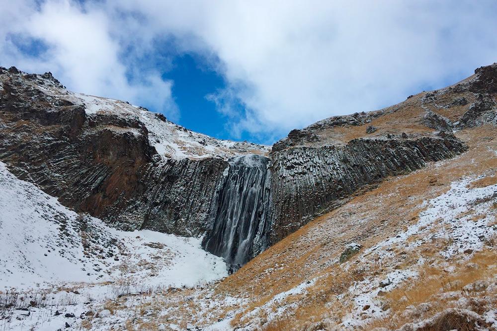 Водопад Терскол. К нему можно подойти совсем близко. Выше него на горе — обсерватория