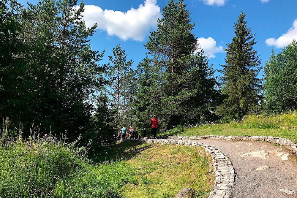 Дорожки на маршруте выложены камнем — не заблудишься