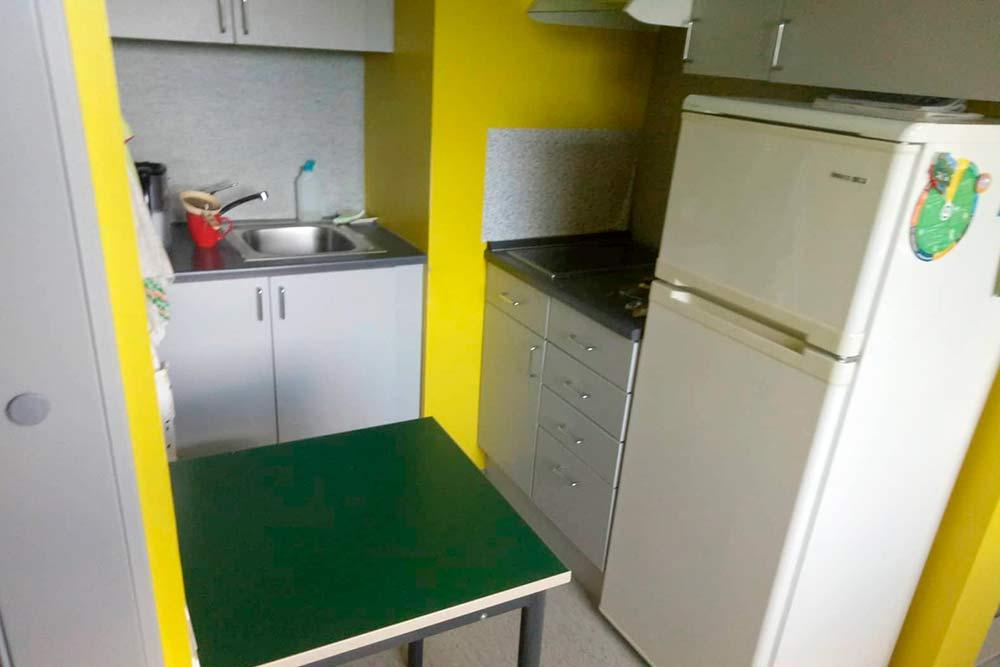Кухня в общежитии в комнате на одного