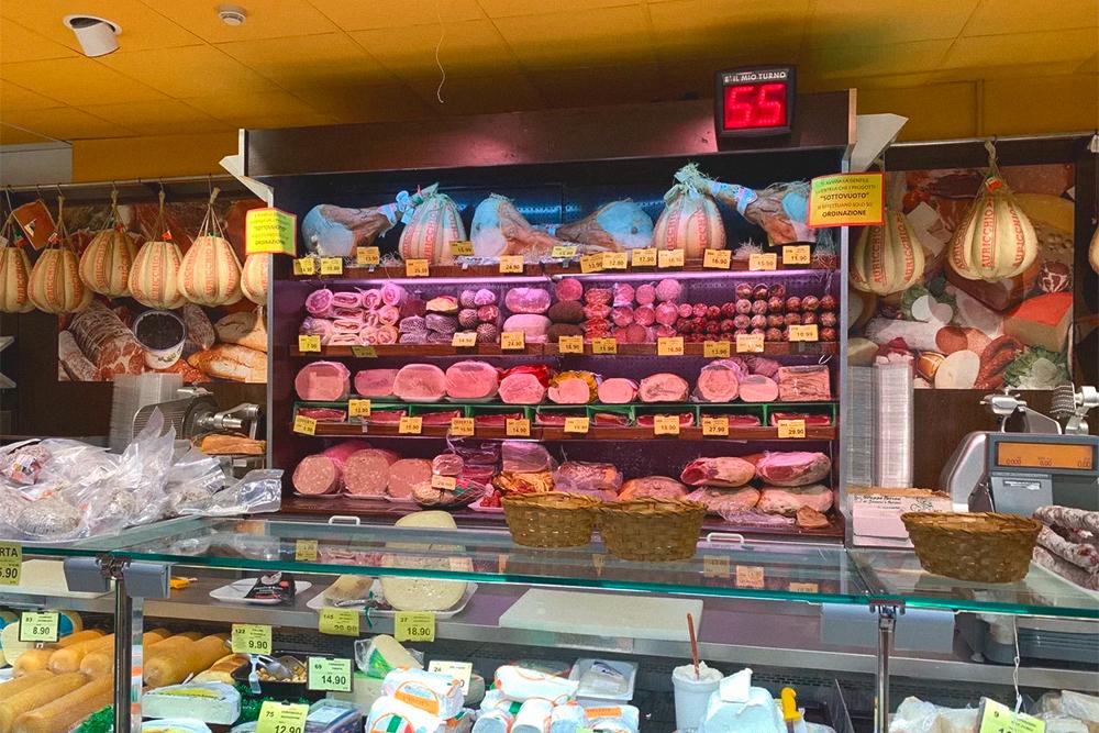 Выбор огромен. Это супермаркет «Симпли». На продукты я трачу до 180€ (13 000 рублей) в месяц