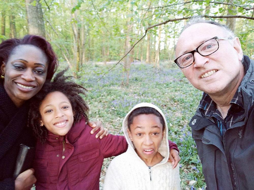 В принимающей семье Беллы двое детей: десятилетняя Белла и двенадцатилетний Кхалил. Белла проводит с ними по четыре часа в день