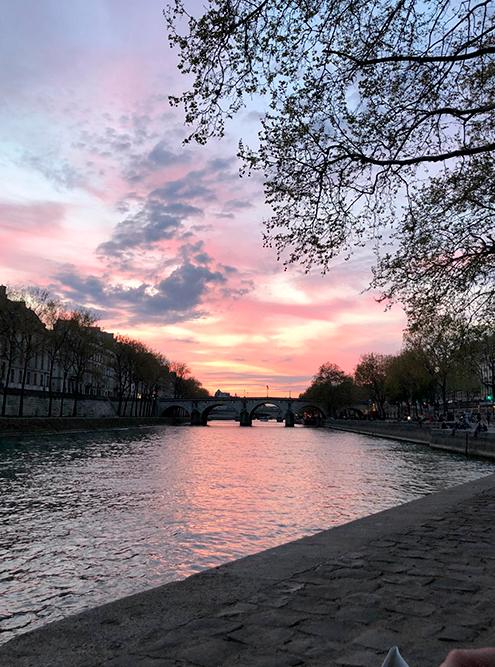 Закат на набережной Célestins у бара Les Nautes