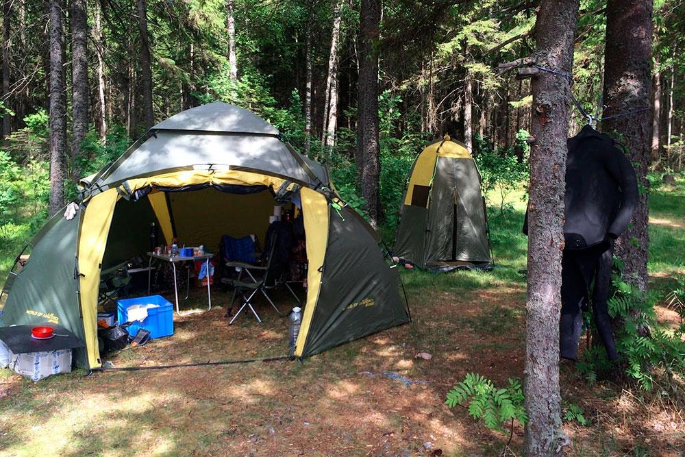 Мы с женой живем в палаточном лагере на берегу. Я купил шатер, чтобы складывать вещи, обедать и греться, а еще палатку-туалет. Всё вместе стоит 35 000 р., но такой комплект покупать необязательно, можно найти гораздо дешевле