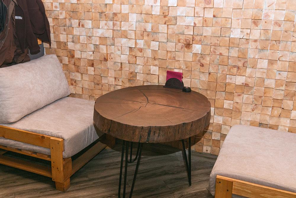 Один из столов, которые сделал Миша. Столешницы изготовлены из 200-летнего дуба