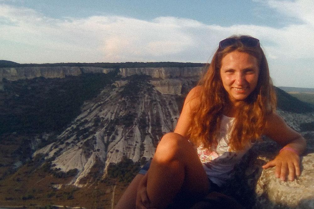 В выходные я выбирала между сном и поездкой к достопримечательностям Крыма. На фото я в горах недалеко от Бахчисарая