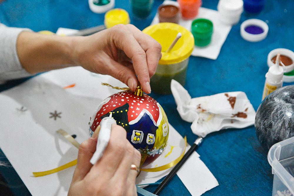 Мастер-класс по росписи елочных шаров. Будущие игрушки раскрашивают акриловыми красками: матовыми, глянцевыми и перламутровыми. Каждый может проявить фантазию и украсить поделку лентами и блестками. Обычно для мастер-класса используют пластиковую основу