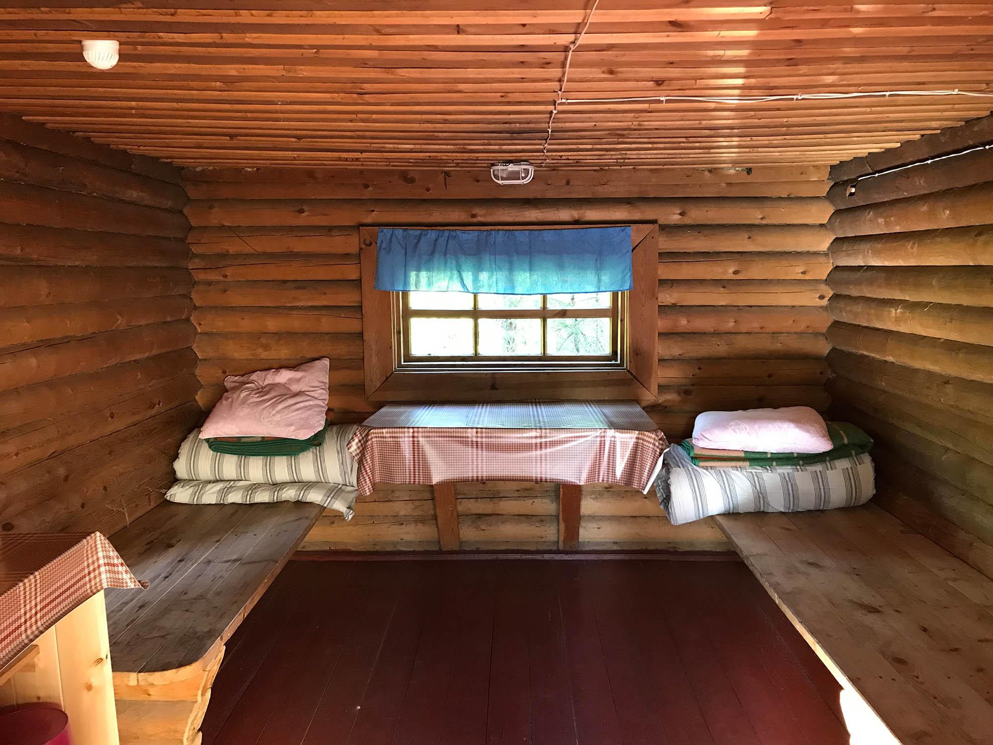 Если взять с собой туристический коврик и положить его на матрас под простынь, спать будет мягче