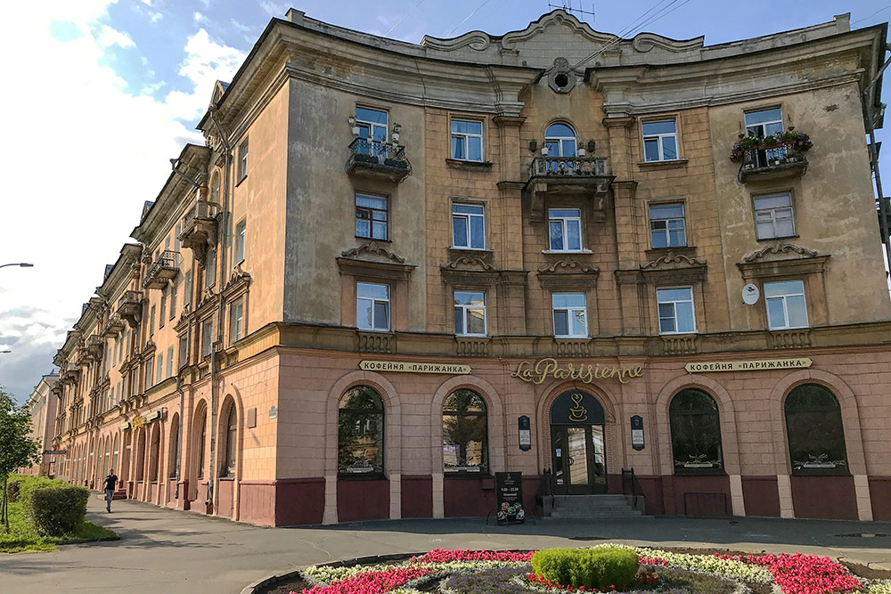 Старый дом на улице Карла Маркса, по которой любят гулять горожане. Улица расположена в центре, рядом парки и театры