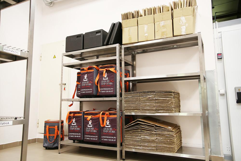 Своих курьеров в компании немного — предприниматели сотрудничают с курьерской службой. Для курьеров есть правила перевозки пирогов в машине: например, все сладкие и хрупкие ставят в сумках наверх стопки