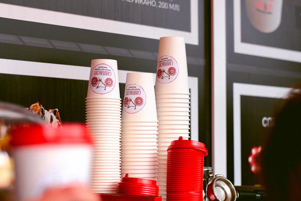 Кофе подают в брендированных бумажных стаканчиках трех размеров: маленький — 250мл, средний — 350мл, большой — 400мл