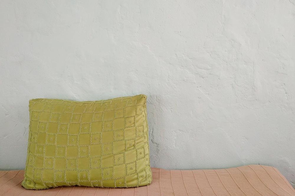 Стены в комнате сильно неровные, с нашлепками старого цемента. Зато получился эффект декоративной штукатурки