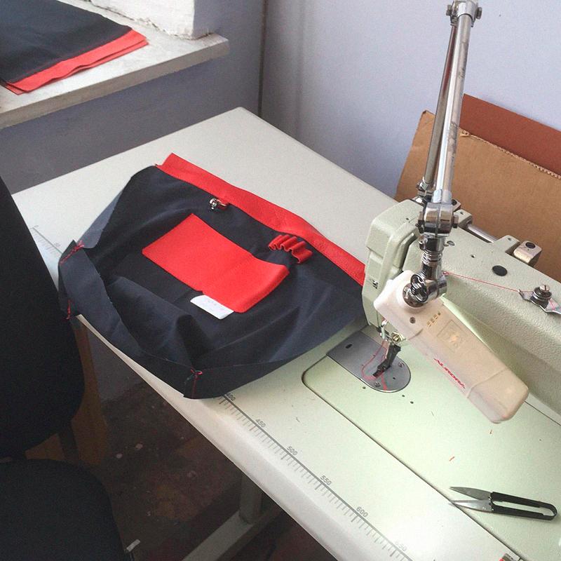 Швея подготовила подкладку. Внутри рюкзаков пространство разграничено: есть карман дляноутбука, документов, карабин дляключей икрепления дляручек