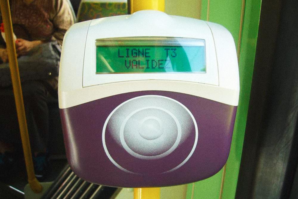 Валидатор установлен при входе в трамваи и автобусы