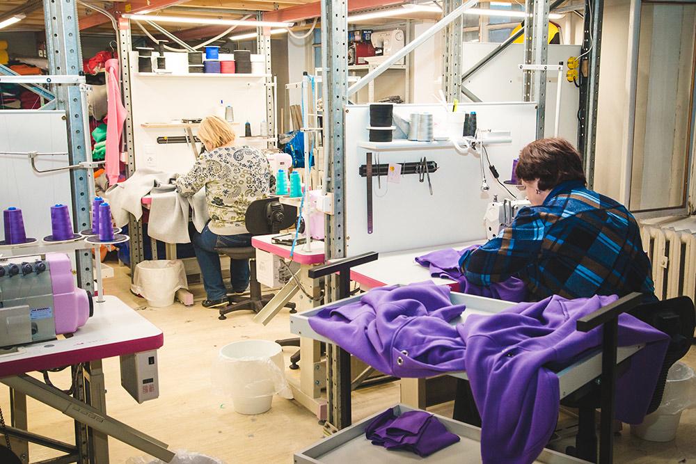 Швеи сшивают одежду из отдельных частей, которые подготовили раскройщицы