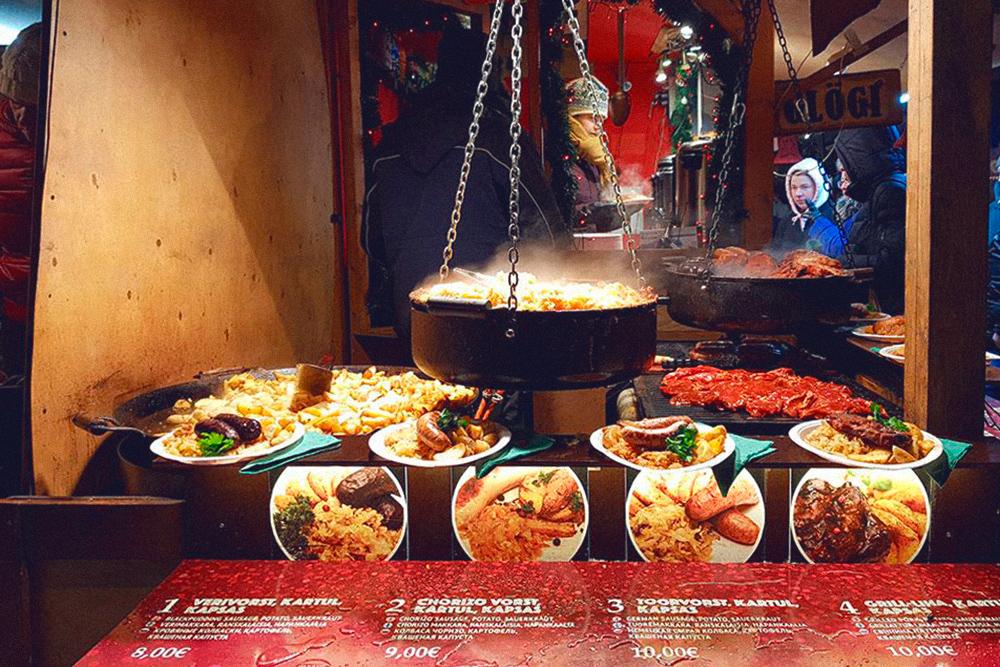 Еда на рождественской ярмарке на Ратушной площади