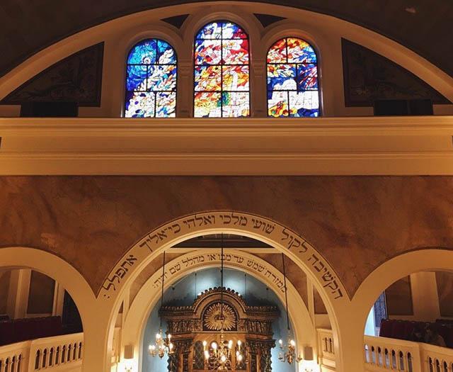 В Ницце мы посетили еврейское кладбище и синагогу. К вечеру нам надо было быть в Монако на торжественном ужине. В праздничную одежду переодевались в автобусе на парковке: сначала девочки, потом мальчики
