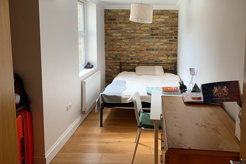 Думала, что придется жить в чулане подлестницей, но нашла вполне приличную комнату. Кстати, стена — настоящая, не фотообои