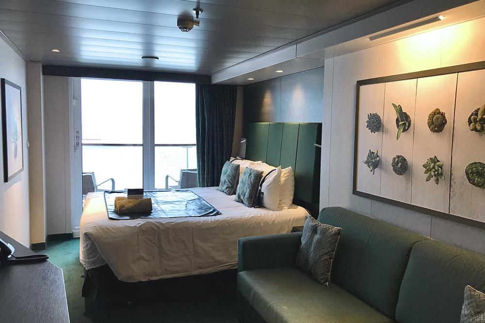 Каюта похожа на небольшой номер в гостинице. Мы всегда берем каюту с балконом, потому что не можем просыпаться в темноте и любим проветривать