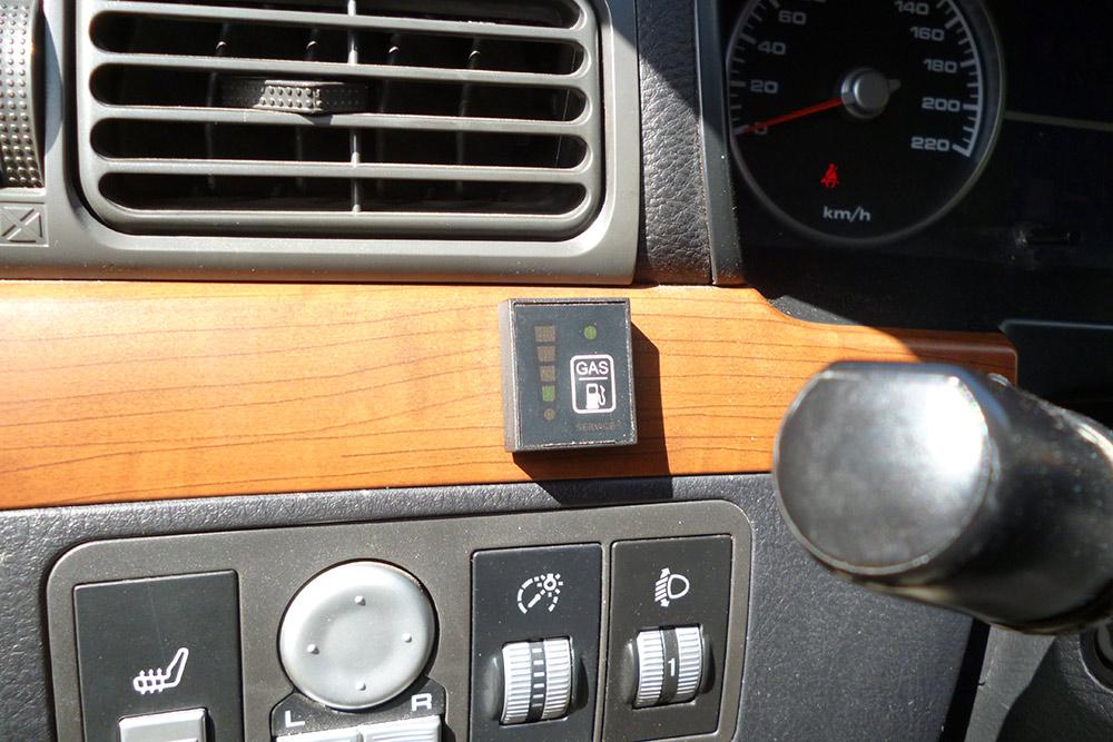В салоне автомобиля установили такой индикатор уровня газа в баллоне. На нем есть кнопка переключения с газа на бензин и обратно