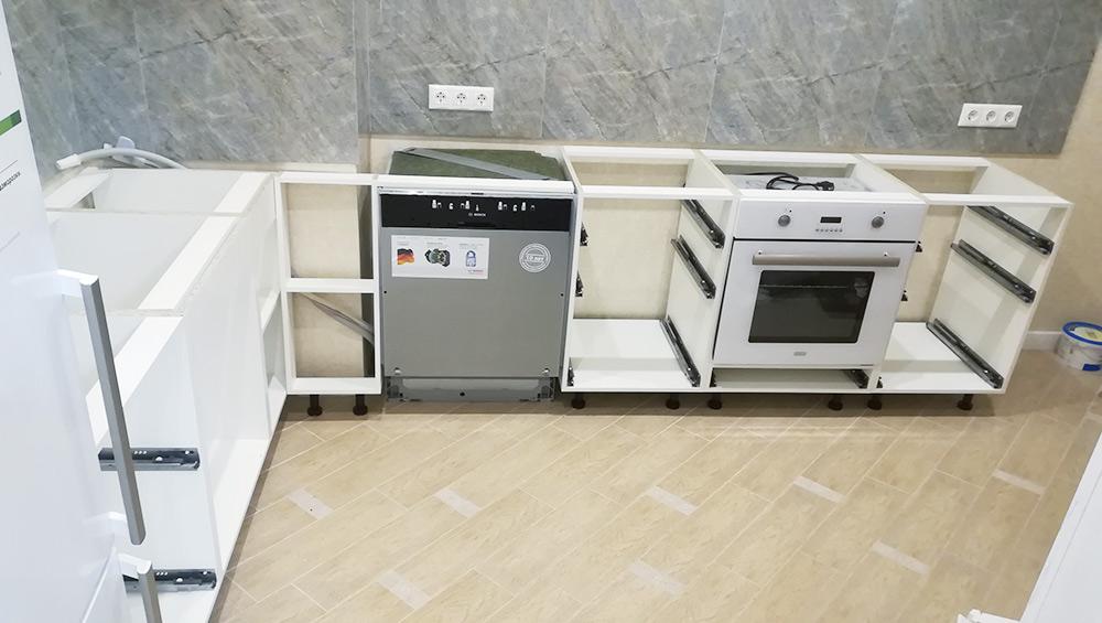 Посудомоечную машину и духовку я установил за 40 минут. Просто вставил их в свои ниши и подключил к питанию. Слив и забор воды длямашины были подготовлены во время ремонта
